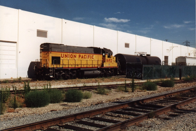 UP 1693 switches a plastic pellet hopper into Silgan Plastics. Several months later, Silgan closed and the UP lost another customer on the line.