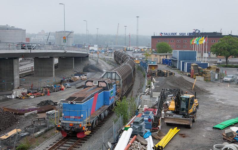 Green Cargo T44 345 delivers cars off the 4543 (Tomteboda 18:35 - Värtan 18:46) to the ferry terminal in Värtanhamnen.