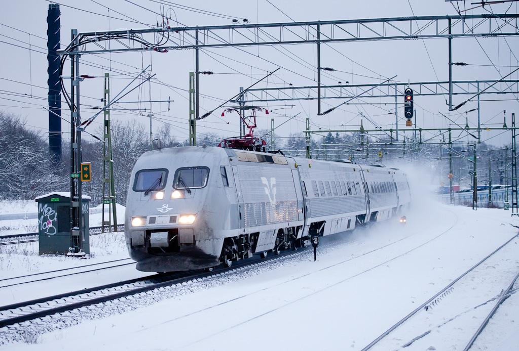 X2000 racing towards Malmö through Älvsjö.