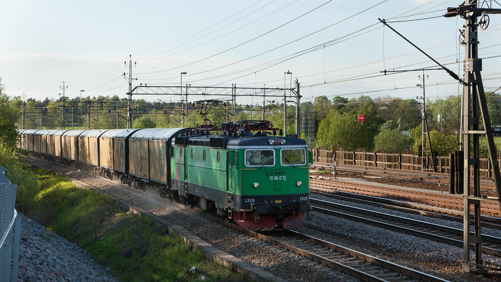 Green Cargo 1319 with the mail train 9821 in Ulriksdal.