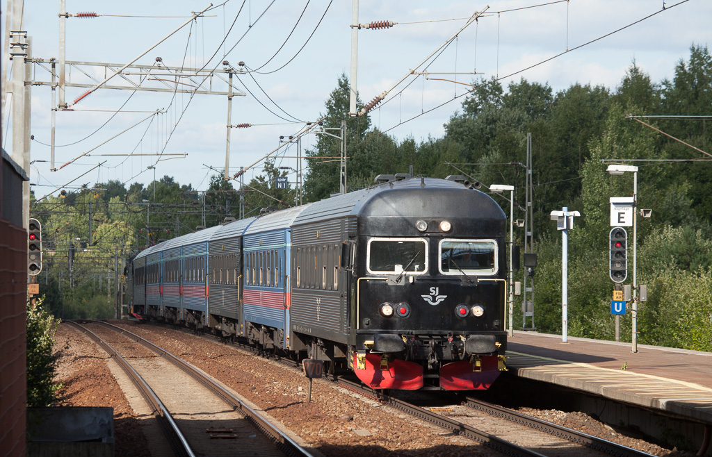SJ push-pull train with conventional stock passes through Flemingsberg.