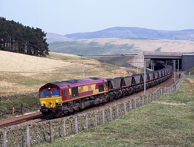 A coal train approaches Elvanfoot behind 66195 on 9/5/06.