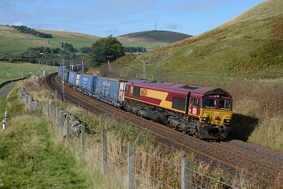 66124 hauls Grangemouth-Daventry containers near Abington on 8/10/16.