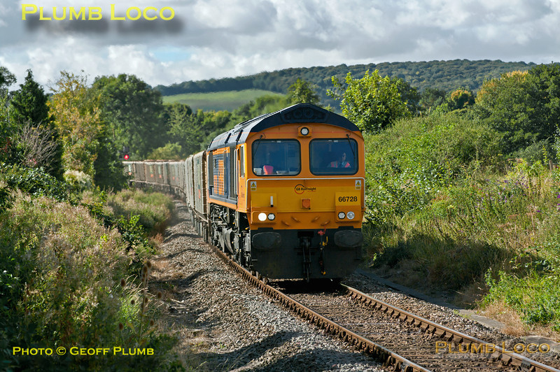 GBRf 66728 is working 6M48 (or possibly 6Z48), 10:11 from Acton Yard to Calvert loaded spoil train, hauling Mendip Rail JNA wagons. This was the first of three runs during the week and is approaching the foot-crossing at Park Mill Farm, Princes Risborough at 11:34, on the branch to Aylesbury. Wednesday 19th September 2012. Digital Image No. GMPI12439.