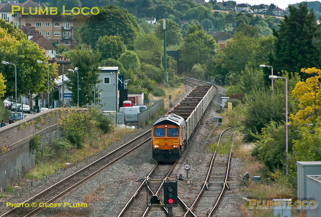 On the second day of the train's running, 66728 is once again in charge of 6M48 (6Z48?), Acton Yard to Calvert spoil train, here approaching High Wycombe station at 11:16 on Thursday 20th September 2012. All fifteen of its JNA wagons were loaded this time, the day before only ten of them were filled. This meant that unloading at Calvert took less time than expected and the train departed about 75 minutes early, which meant I missed its return run... Digital Image No. GMPI12459.