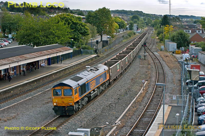 On the second day of the train's running, 66728 is once again in charge of 6M48 (6Z48?), Acton Yard to Calvert spoil train, here passing High Wycombe station at 11:16 on Thursday 20th September 2012. All fifteen of its JNA wagons were loaded this time, the day before only ten of them were filled. This meant that unloading at Calvert took less time than expected and the train departed about 75 minutes early, which meant I missed its return run... Digital Image No. GMPI12467.