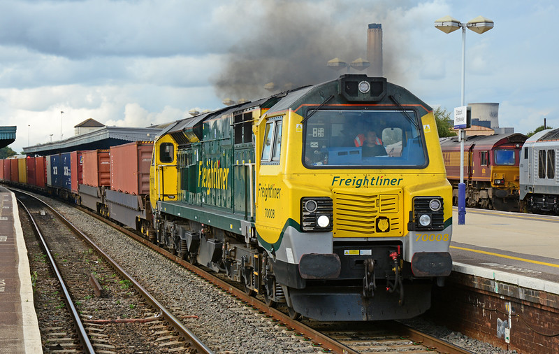 Freightliner 70008 is clagging well as it accelerates through Didcot Parkway, with 4O59 Wentloog to Southampton intermodal.