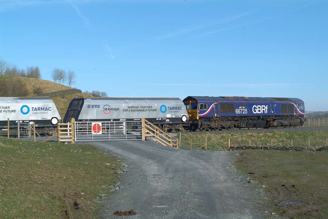 Last Day. Friday 24.3.2017.  Back here again where the promised clear blue skies actually did appear.   Arcow Quarry Sdg. 09.03hrs. 66725 poses for a few pictures. This shot shows 6M67 22.02 Bredbury Tilcon-Arcow Quarry being shunted into the sidings proper.