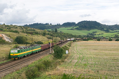 131 090 & 131 089 head a long mixed freight westbound at Bešeňová, 183 043 can be seen providing banking assistance in the distance. Wednesday 6th September 2017.