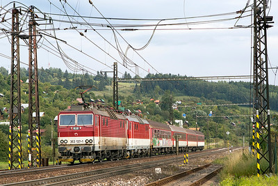363 137 has 361 126 DIT arriving at Liptovský Mikuláš with train 3470 14.47 Poprad-Tatry to Puchov. 361 126 was being returned to depot to have a smashed windscreen replaced. Wednesday 6th September 2017.