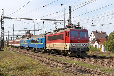 163 101 departs from Ruskov with train 8862 23.49 Bratislava to Čierna nad Tisou zastávka overnight sleeper via Zvolen. The front two sleepers are through coaches for Kiev, following a bogie change at the border they will arrive there at 7.43am the following day, so two overnight portions for them. Friday 8th September 2017.