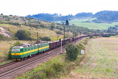 131 014 & 131 042 pass Bešeňová westbound with a long train of timber. Wednesday 6th September 2017.