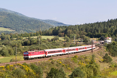 163 105 rounds the curve at Kluknava with train7818 13.27 Kosice to Poprad-Tatry. Friday 8th September 2017.