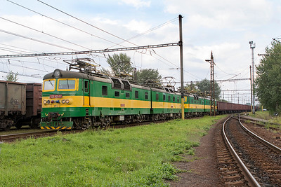 125 821, 125 822, 125 829 & 125 830 depart from the broad gauge yard at the border town of Maťovské heading for Haniska with loaded iron ore wagons. Thursday 7th September 2017.