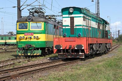 Broad gauge 125 819 and standard gauge 770 094, Haniska Depot 8th September 2017.