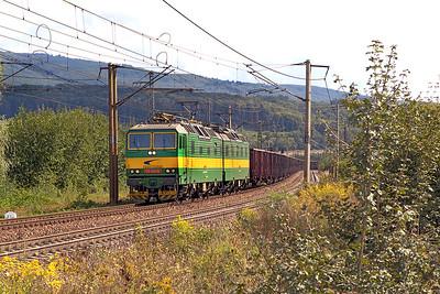 Standard gauge 131 041 & 131 042 head a long train bogie open wagons westbound at Ruskov. Thursday 7th September 2017.