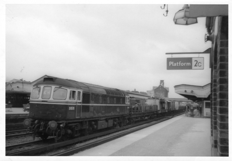 D6576 passes Ashford on a southbound freight in July 63. This Crompton was withdrawn in 1976 resulting from irreparable damage sustained in an accident at Itchingfield Junction, Sussex.