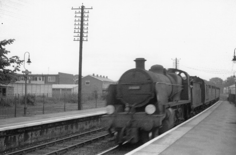 N class 31869 arrives at Blackwater on 26/05/64 with the 12 47 Reading South to Guildford.