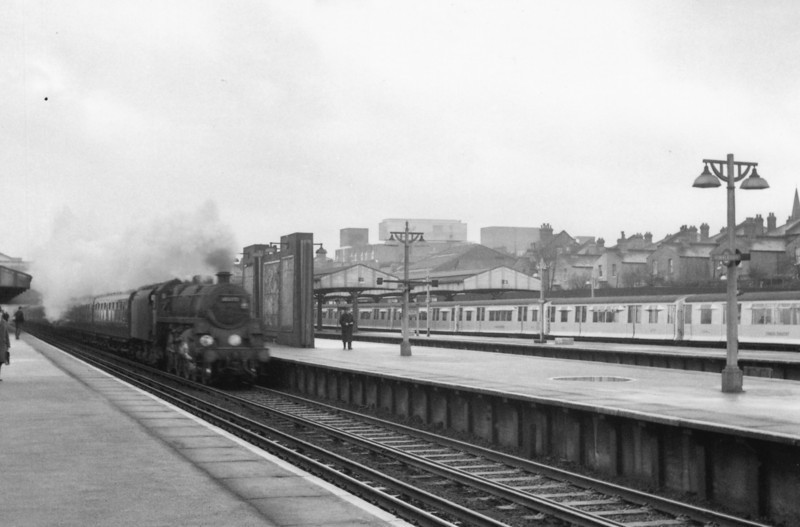 Standard 4MT 75075 storms through Wimbledon on 08/02/66 with the 07 27 Basingstoke to Waterloo.