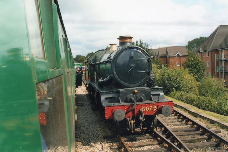 5029 Nunney Castle runs round her train at Alton on 13/09/08.