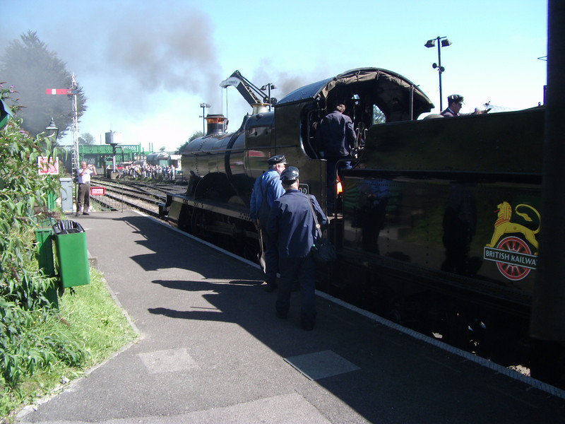 Crew change on 5322 at Ropley on the Mid Hants Autumn Steam Spectacular - 07/09/12.