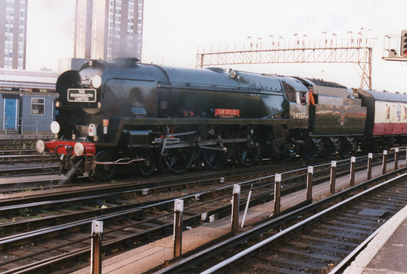34027 Taw Valley, withdrawn at Salisbury in July 64, at Clapham Junction on 11/09/92 on the occasion of the first steam out of London for 25 years.