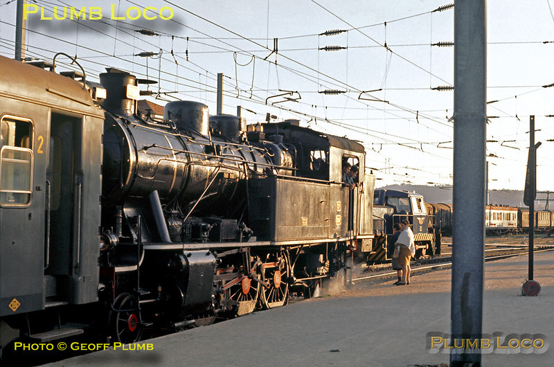 Porto Campanhã station on the evening of Sunday 8th November 1970. 2-6-4T No. 097 is the steam pilot doing some shunting on the left, while Sentinel 0-6-0 diesel hydraulic No. 1186 is on the right with a CIWL sleeping-car, making up an overnight train to Lisboa. This engine was Class 1150, built in 1966. Slide No. 5957.