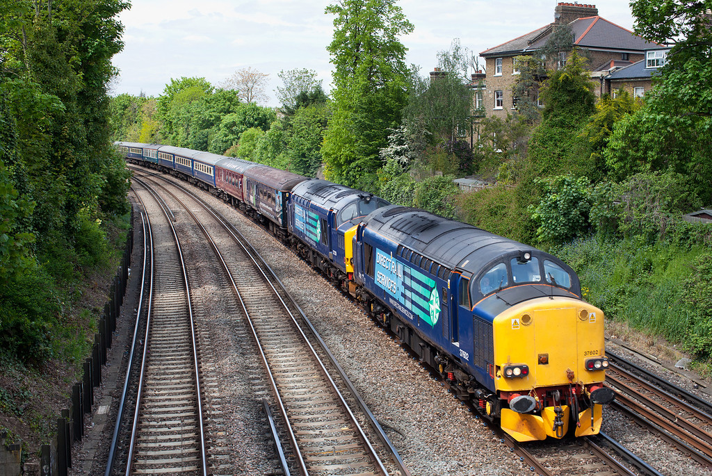 37602 & 37259 approach Putney with the 1Z77 10.43 Eastleigh-Edinburgh cruise saver 'boat train'.