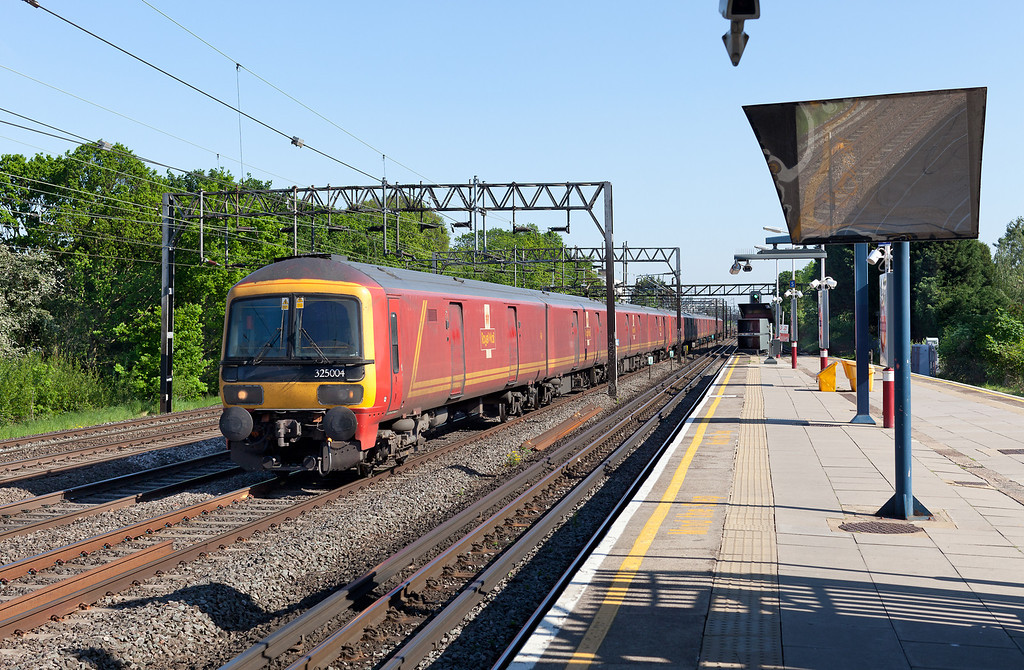 325004 and two other 325 units drift past South Kenton with the 1S96 16.40 Willesden PRDC-Sheildmuir Royal mail train