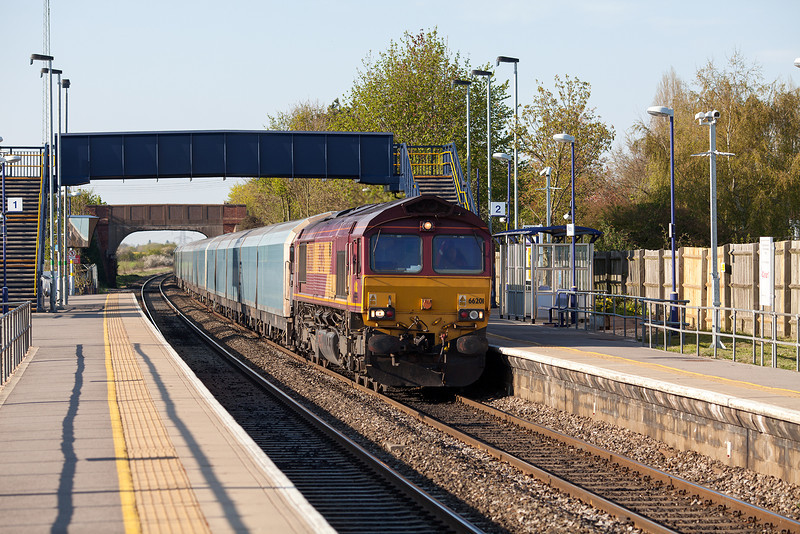 66201 heads through Radley with the 4L40 16.42 Cowley-Purfleet loaded car train