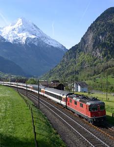 11153 hauls IR2316 07.10 Chiasso-Basel near Silenen 29/4/15.