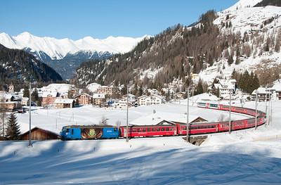 652 hauls the 09.58 Chur-St.Moritz on the lower level at Bergün 16/1/10.