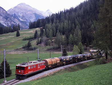 705 drops down the hill towards Bergün with a lengthy freight 2/5/07.