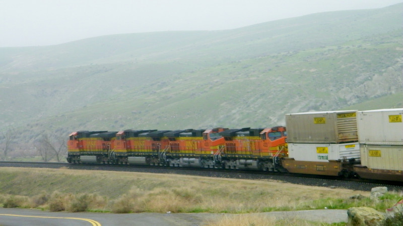 Same train as it sweeps around a wide curve for the downhill run into Bakersfield.