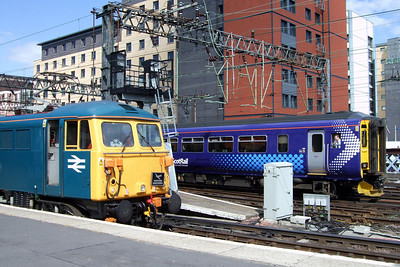 87002 Royal Sovereign and a newly-reliveried ScotRail Class 156 at Glasgow Central, 11/07/09.