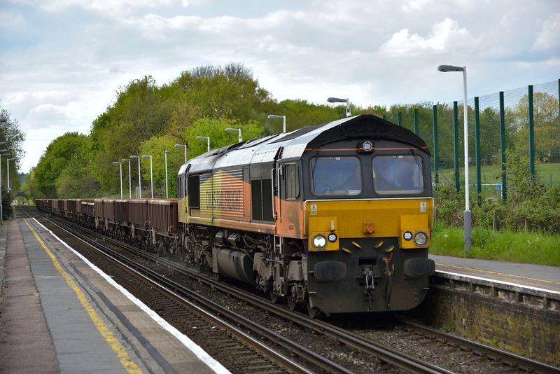 Colas Class 66 No.66847 rolls through Addlestone with  6Y42   engineers train from Hoo Junction Up Yard to Eastleigh East Yard<br /> <br /> 27 April 2015