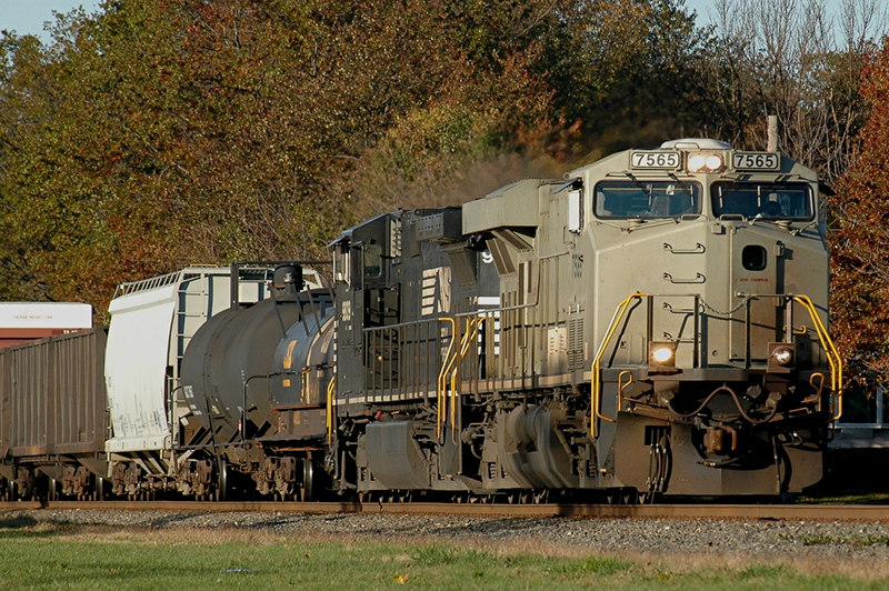 Norfolk Southern ES40DC  7565 deliverd in Primer heads east into Manville, N.J.