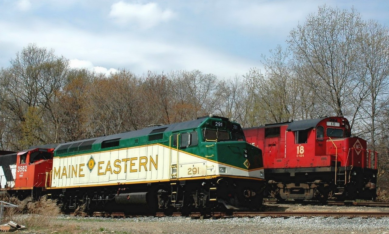 Maine & Eastern  EMD F40PH  291 with its parent company  Morristown & Erie Alco 424  18  Photo taken at Lake Junction  Wharton, N.J.
