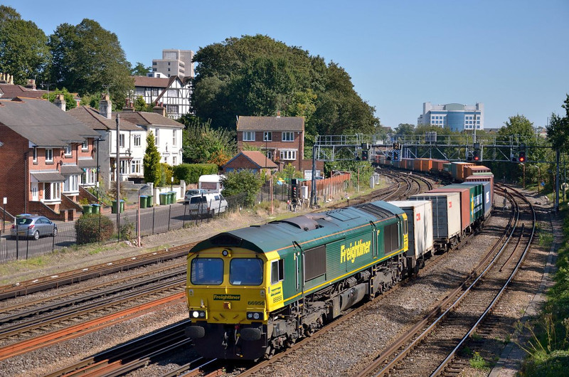 66956 rounds the curve past Southampton Central with 4O54 freightliner from Leeds<br /> <br /> 7 September 2012