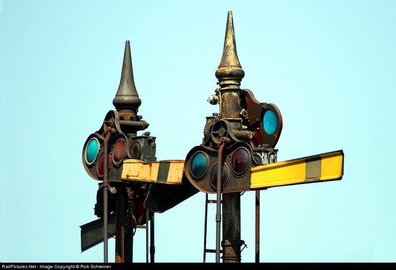 A close up of the topmost signals at Brighton Park in Chicago. These were removed July of 2007.