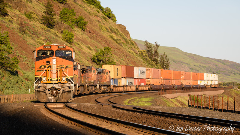 BNSF 7057 approaches Lyle Washington