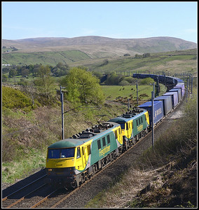 2017 05 04  90045+90043 on the 12.13 Daventry-Coatbridge intermodal service at Greenholme.
