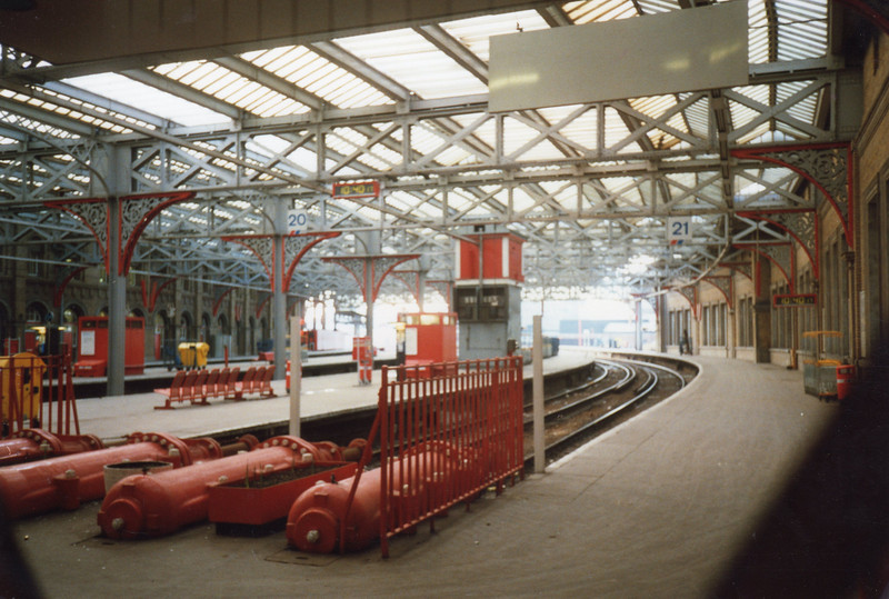 The doomed empty Windsor Line platforms (16 - 21) at Waterloo in January 1990.