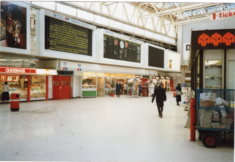 The Windsor lines concourse at Waterloo in January 1990.