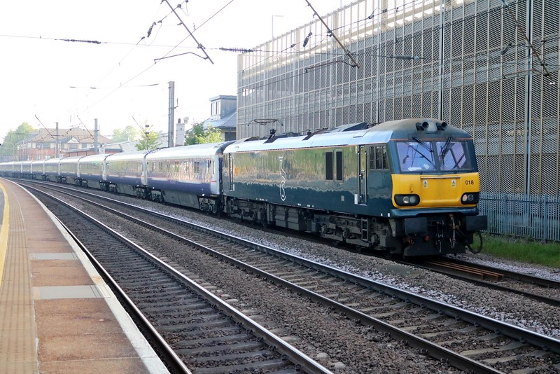 92018 0712/1M16 Inverness-Euston diverted sleeper passes Hatfield   07/05/18