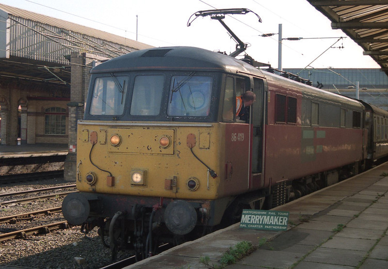 86419 stands in platform 12 at Crewe with a Hertfordshire Railtours Merrymaker charter, 30/11/1998.