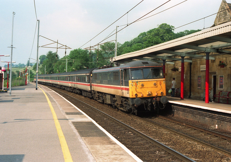 86253 The Manchester Guardian arrives into Oxenholme with 1M33 14:40 Edinburgh to Birmingham New Street, 2/7/2001.