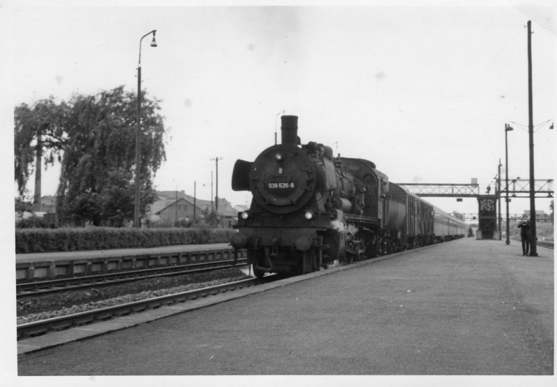 Bad Freidrichall Jagstfeld, the Clapham Junction of lines 7 miles north of Heilbronn, and 038.626-8 departs with the 10 10 Frankfurt to Heilbronn on 30/05/68.