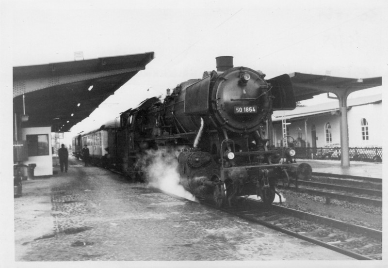 The Dutch border town of Kaldenkirchen sees 50.1864 having arrived with the 18 07 ex Monchengladbach on 18/05/68. With the EU disposing of all borders this station is now merely a calling point for local sopping services between the two countries.