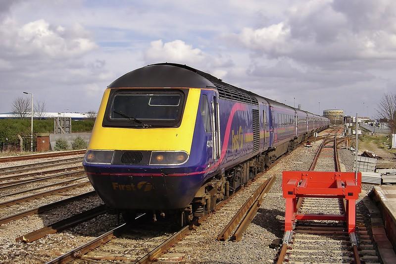 43142 & 43002 12:00 London Paddington to Bristol Temple Meads at Swindon 24/3/2005.